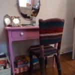Une chaise entièrement tricottée pour sa fille