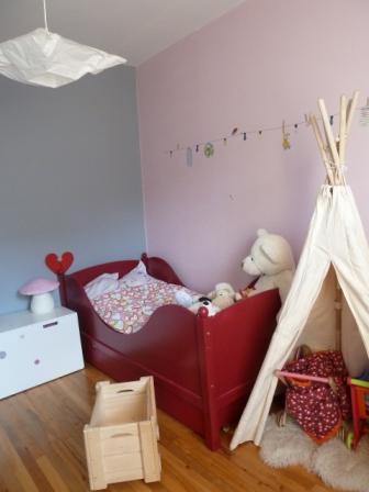 chambre enfant tipy lit rouge mur rose et bleu