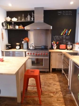 cuisine style bistro tabouret tolix rouge mur tableau noir