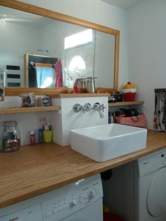 Petite salle de bain laveuse sècheuse