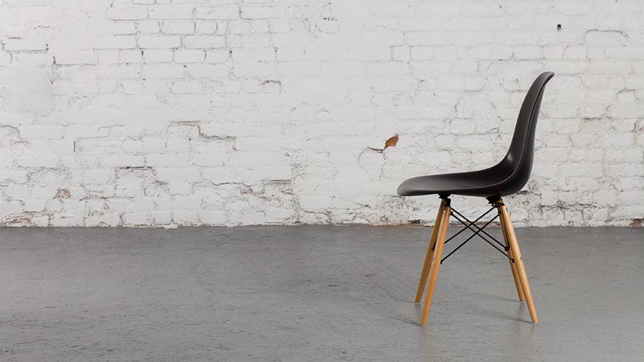 ces chaises mythiques aujourd hui abordables d conome. Black Bedroom Furniture Sets. Home Design Ideas