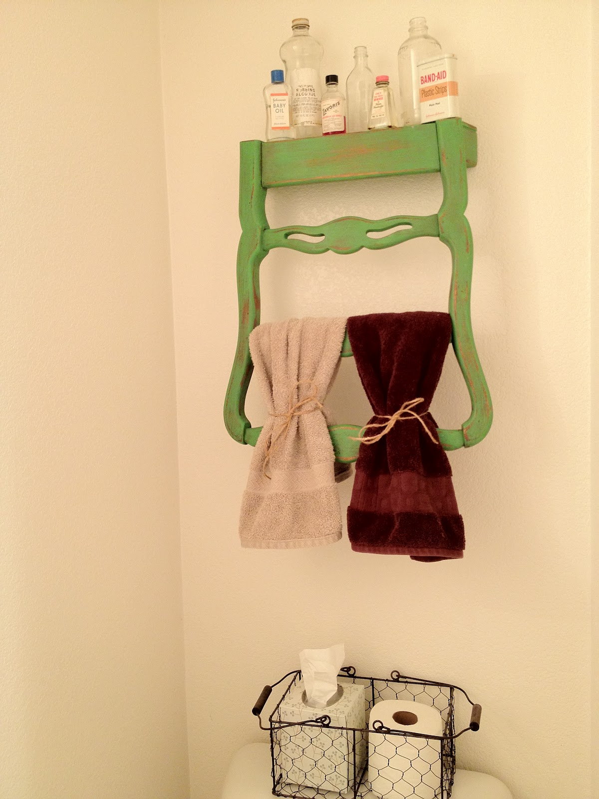 transformer une chaise en porte serviettes d conome. Black Bedroom Furniture Sets. Home Design Ideas