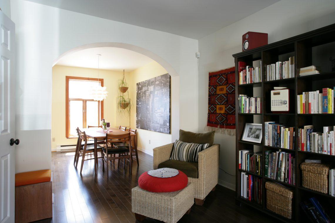 visite d 39 une maison de ville enti rement r nov e d conome. Black Bedroom Furniture Sets. Home Design Ideas