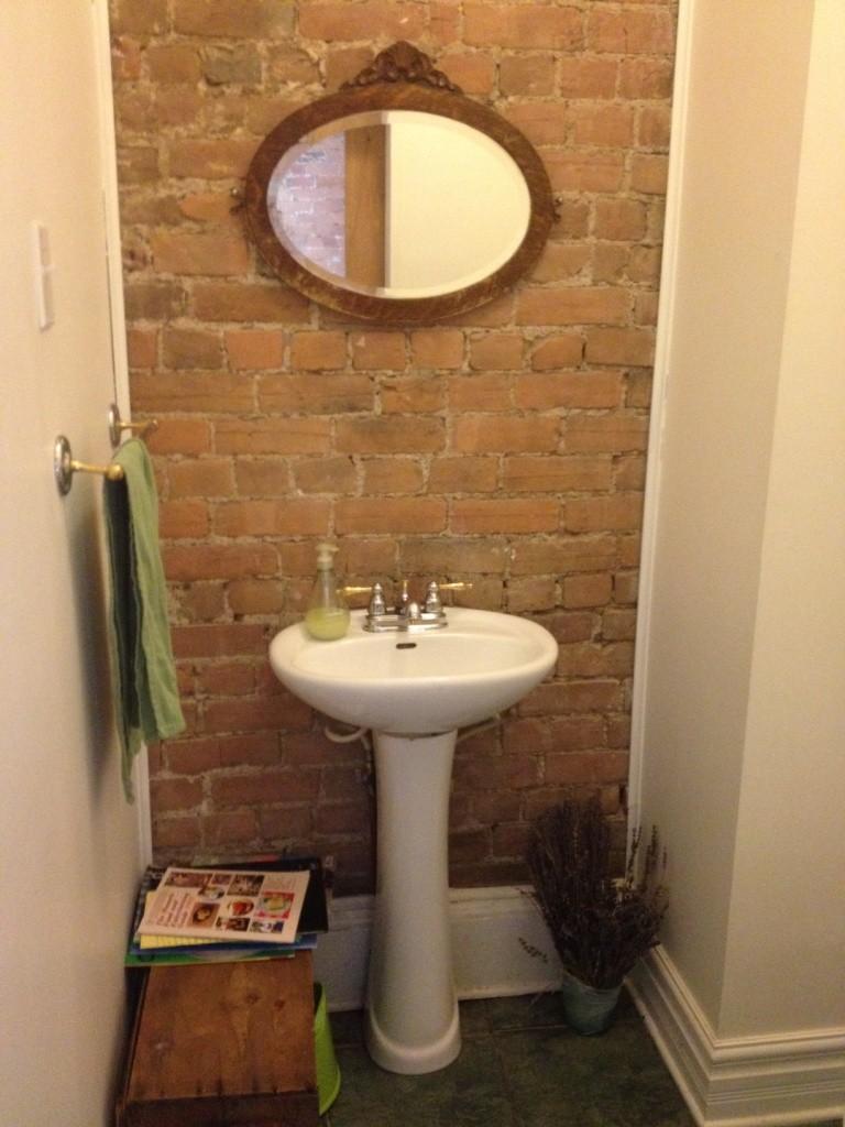 salle d'eau mur de brique vintage