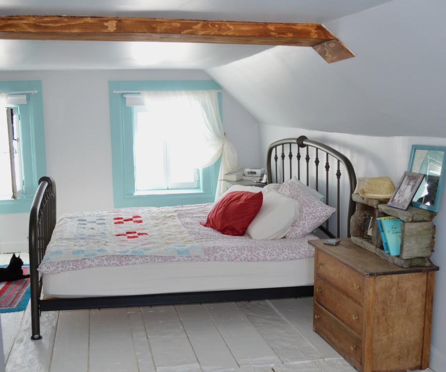 Une chambre sous les toits aux planchers peints en blanc - Chambre sous les toits ...