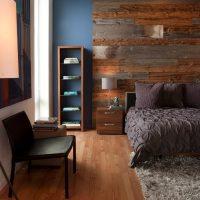 Une chambre avec mur en bois de grange