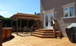 Le bois traité brun pour un patio d'aspect naturel
