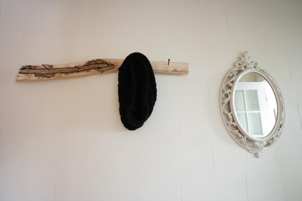 Un appartement locatif et inventif d conome for Fabriquer porte manteau bois flotte