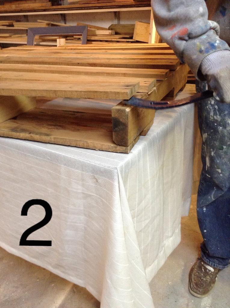 Recouvrir une table basse en bois de palette d conome - Table avec palette en bois ...