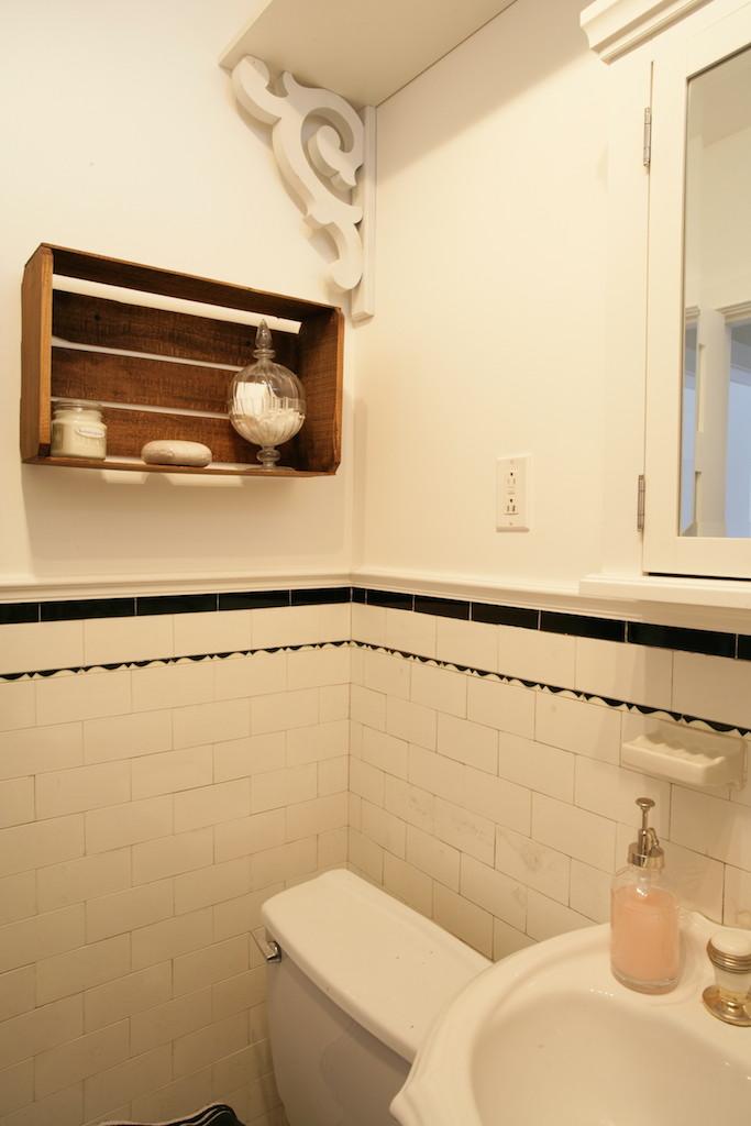 Un appartement locatif et inventif d conome - Etagere de salle de bain en bois ...