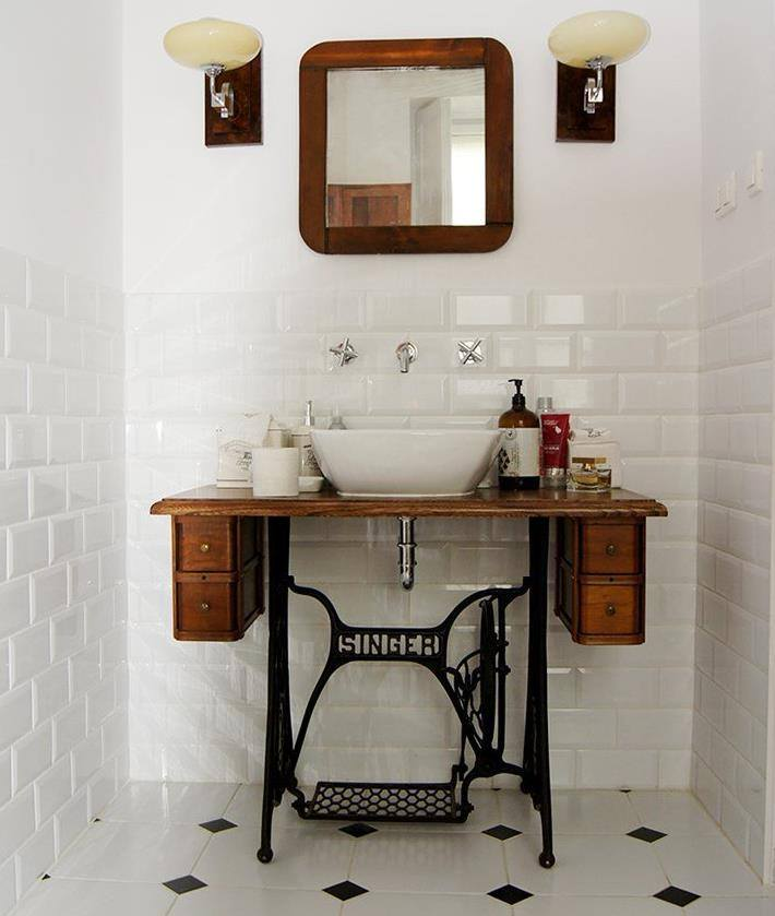 Machine à coudre singer transformée en meuble lavabo de salle de bain, bonne idée d'upcycling et de détournement de meuble \ Turn an old singer sewing table into bathroom vanity