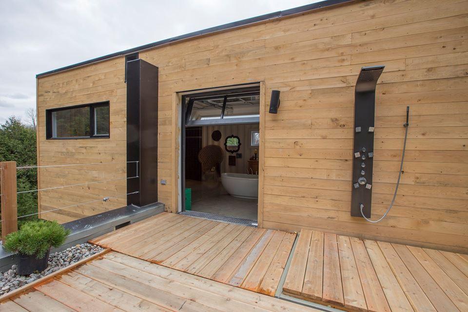 Une porte de garage dans le d cor d conome for Portent une maison lacustre