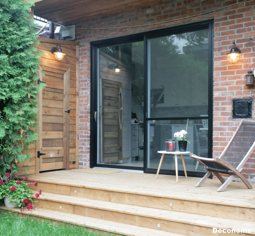 luminaire style industriel sur patio en bois traité brun