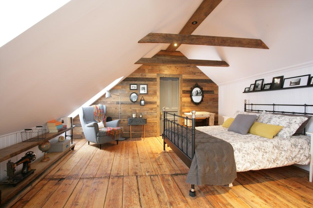 la chambre mansard e d 39 une maison canadienne ancestrale d conome. Black Bedroom Furniture Sets. Home Design Ideas