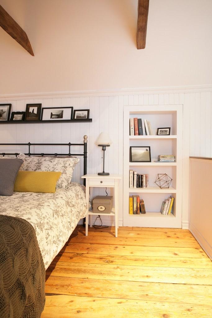 hidden door bookshelve - secret room / une chambre avec une porte secrète derrière une bibliothèque