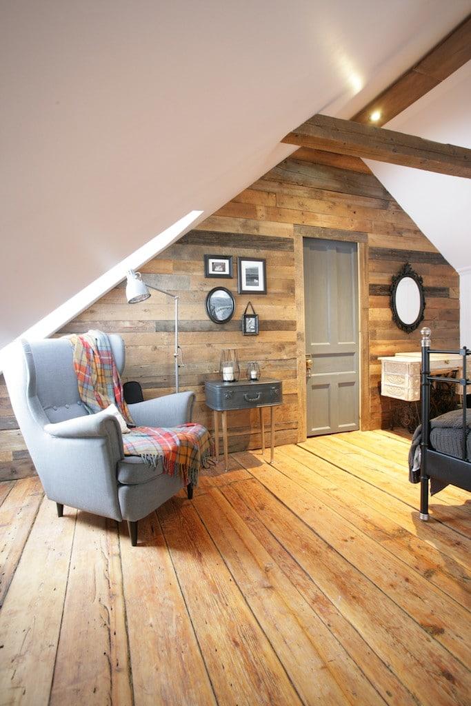 Mur Bois De Grange Installation : La chambre mansard?e d'une maison canadienne ancestrale – D?conome