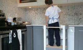 How to build a kitchen stool that helps your kids cook in safety / fabriquer un tabouret de cuisine qui pemet aux enfants de cuisiner en toute sécurité grâce à des barrières protectrices
