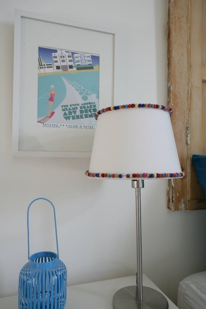 Relooking abat jour Ikea avec ponpons multicolores