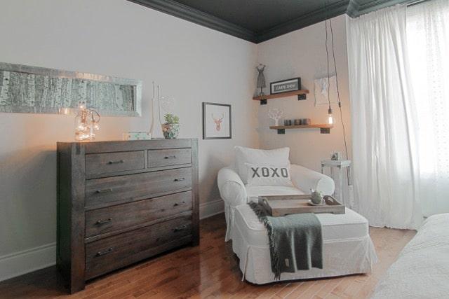 coin lecture avec fauteuil blanc et lampe balladeuse suspendue au plafond
