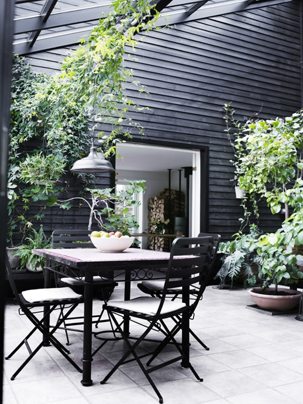 magnifique patio scandinave avec murs noirs
