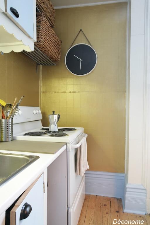 une vieille cuisine relook e avec de la peinture dor e. Black Bedroom Furniture Sets. Home Design Ideas
