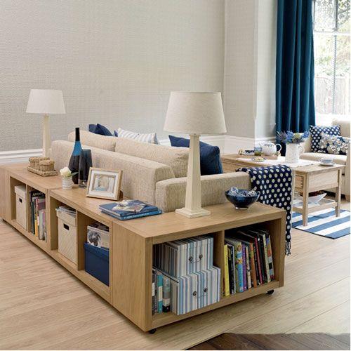 étagères IKEA Kallax derrière le canapé dans un salon à aire ouverte