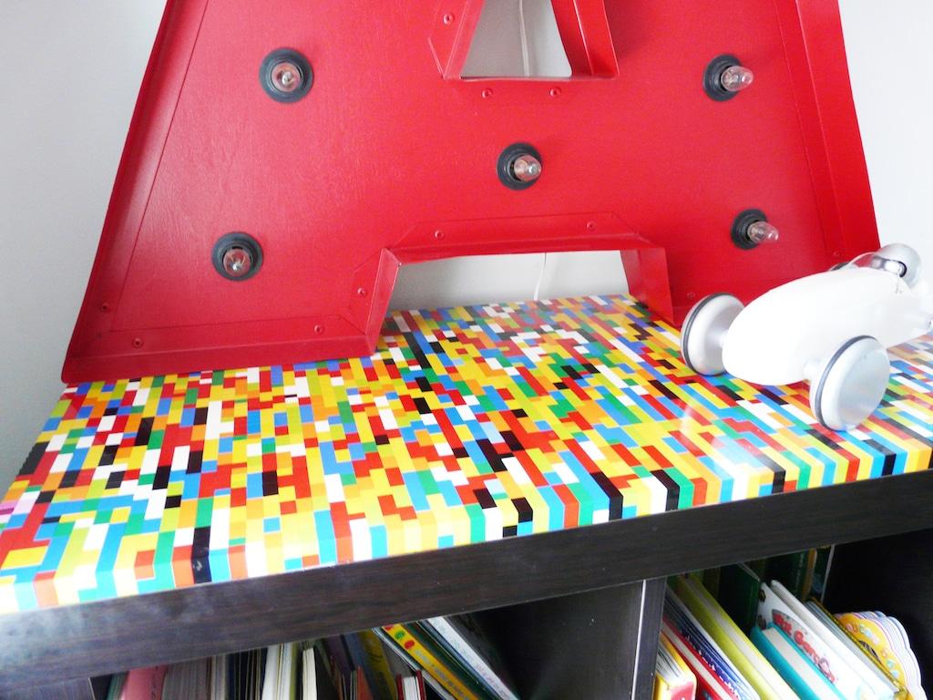 Bibliothèque IKEA customisée avec des légos collés sur le dessus en guise de plateau coloré et ioriginal / IKEA HACK lego shelve