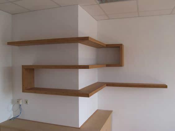 étagère d'angle sur une colonne avec planches qui forment un chemin / corner shelve along the wall like a path