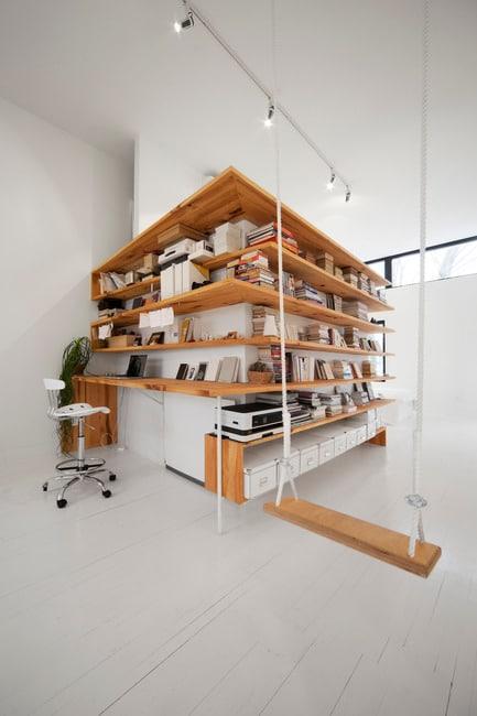 étagère d'angle qui serpente le long d'un mur dans une chambre aux planchers blancs