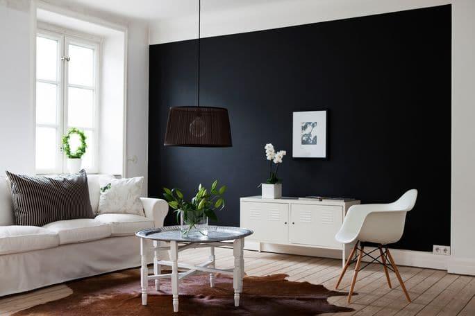 Mur noir dans un salon scandinave