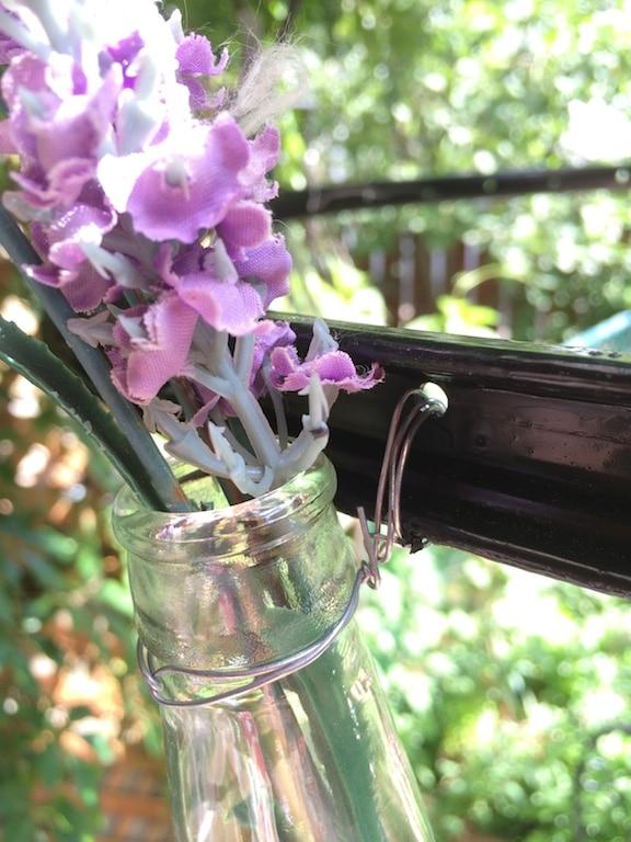 DIY roue de vélo et bouteilles pour créer un lustre avec fleurs et lumières / DIY how to transform a bike wheel into a garden chandelier with bottles and flowers