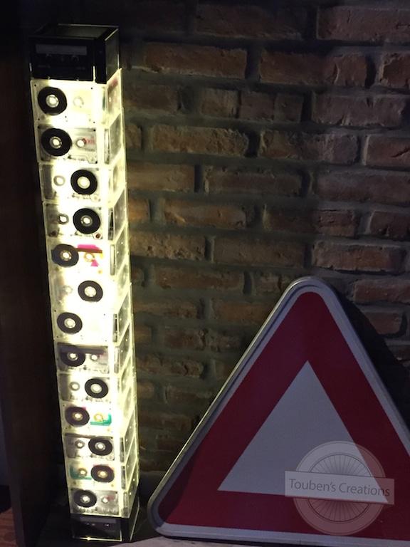 DIY lampe tour lumineuse avec des cassettes audio et des lumières DEL