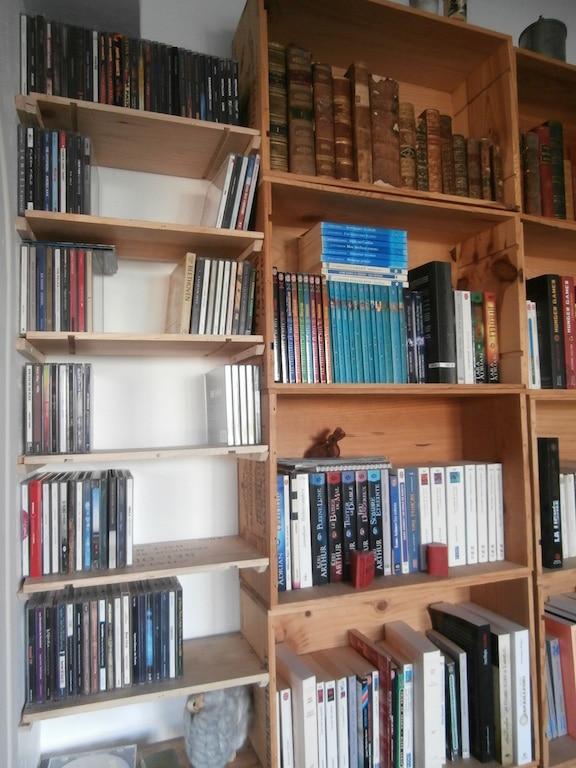 Comment fabriquer une bibliothèque avec des caisses de vin