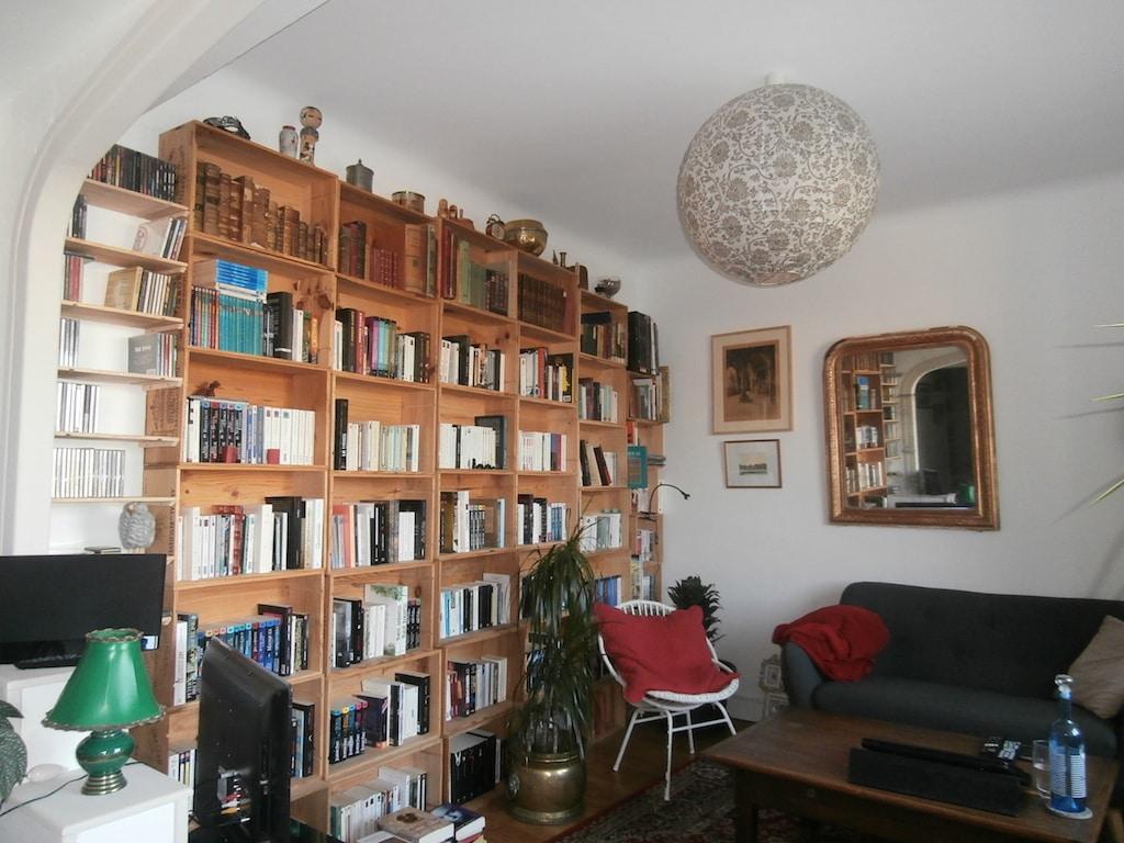 bibliothèque fabriquée avec des caisses de vin / library made of wine crates