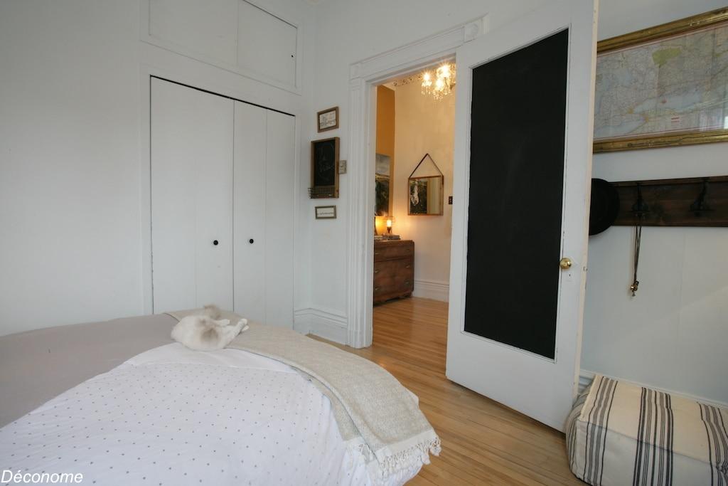 chambre a coucher de style californienne avec une planche de surf en tête de lit / california style bedroom with a vintage surfboard as headboard