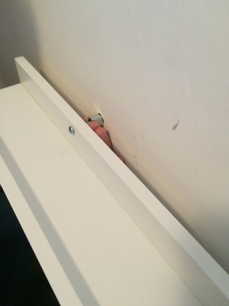 comment poser une cimaise au mur ou tablette pour poser des cadres photos