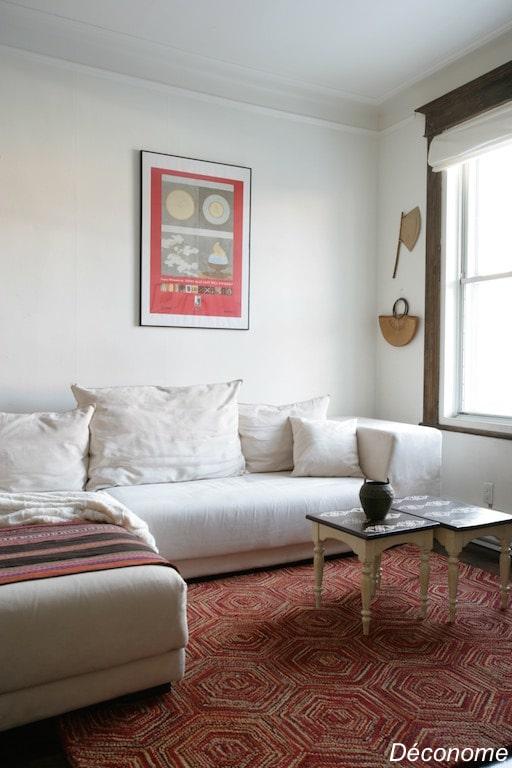 salon bohème ethnique avec tapis rouge