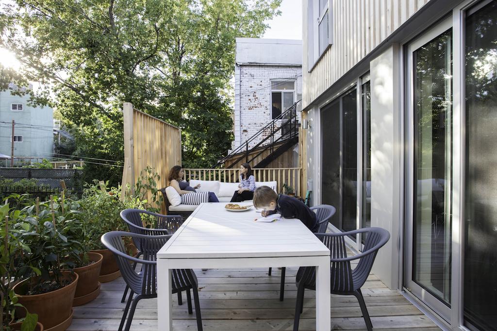 patio avec écran d'intimité en cèdre blanc