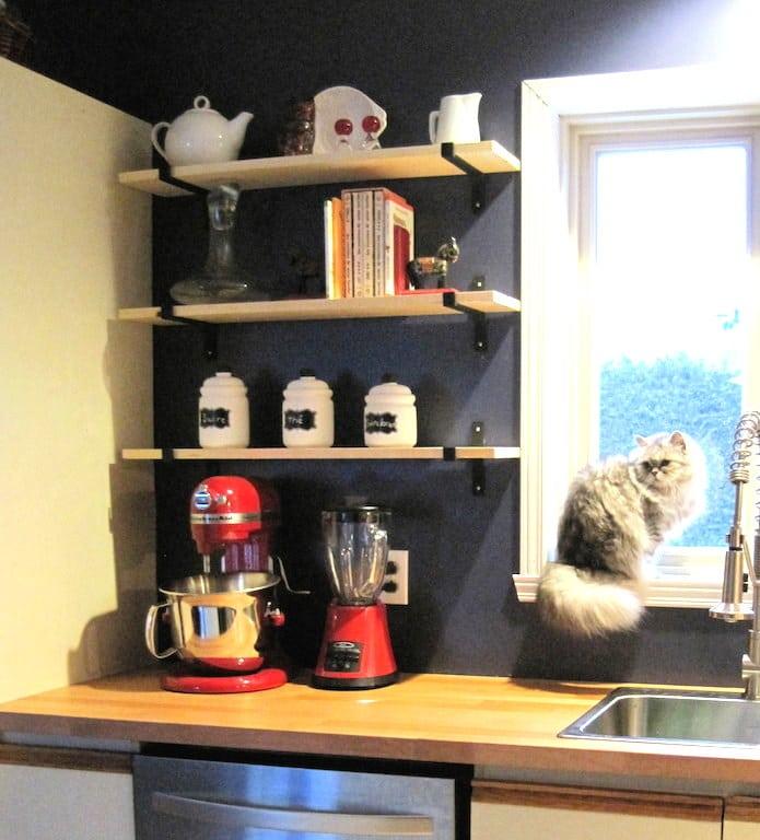 étagères bois tablettes et équerres pour moderniser une cuisine