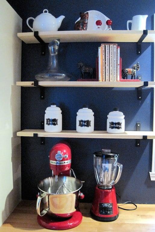 stylisme étagères en bois et pots blanc
