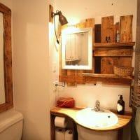 Un meuble-lavabo et un miroir en palettes