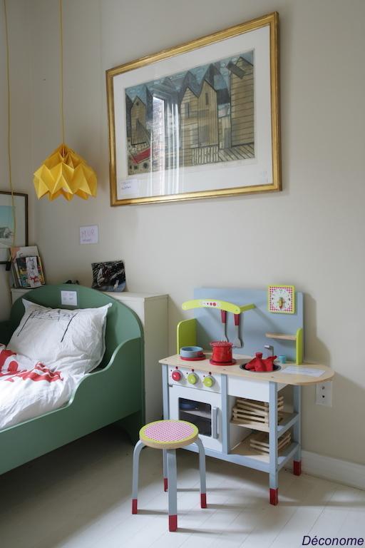 kids room with origami lampshade / chambre d'enfant avec abat-jour en origami