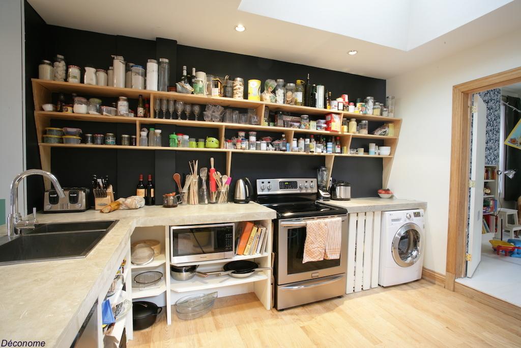 cuisine avec étagères ouvertes peinte en noir