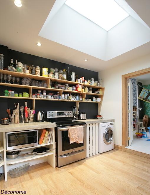 cuisine avec étagères ouvertes, mur noir et puits de lumière