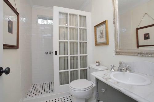 Récup géniale de porte pour un écran de douche à petit prix