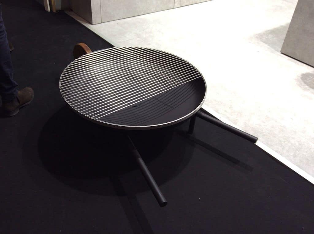 ne brouette-barbecue créée par Konstantin Slawinski pour organiser vos petits repas d'été facilement chez le voisin ou dans la ruelle