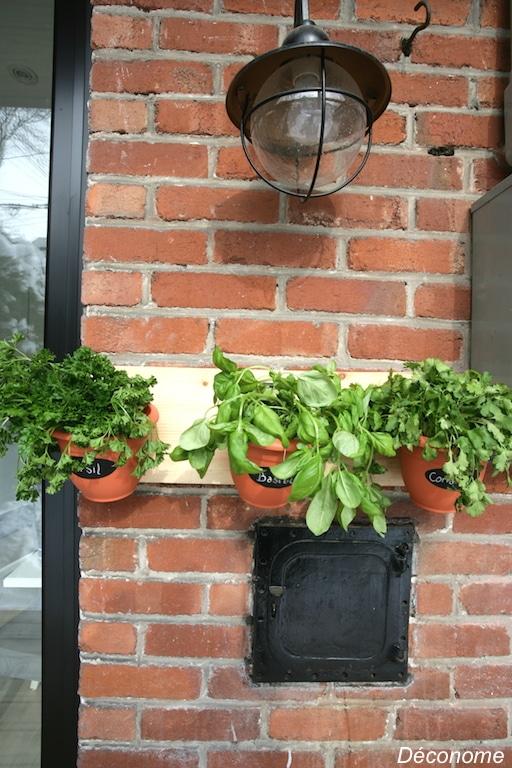 wall mounted plant pot holder / support pour pot de fines herbes