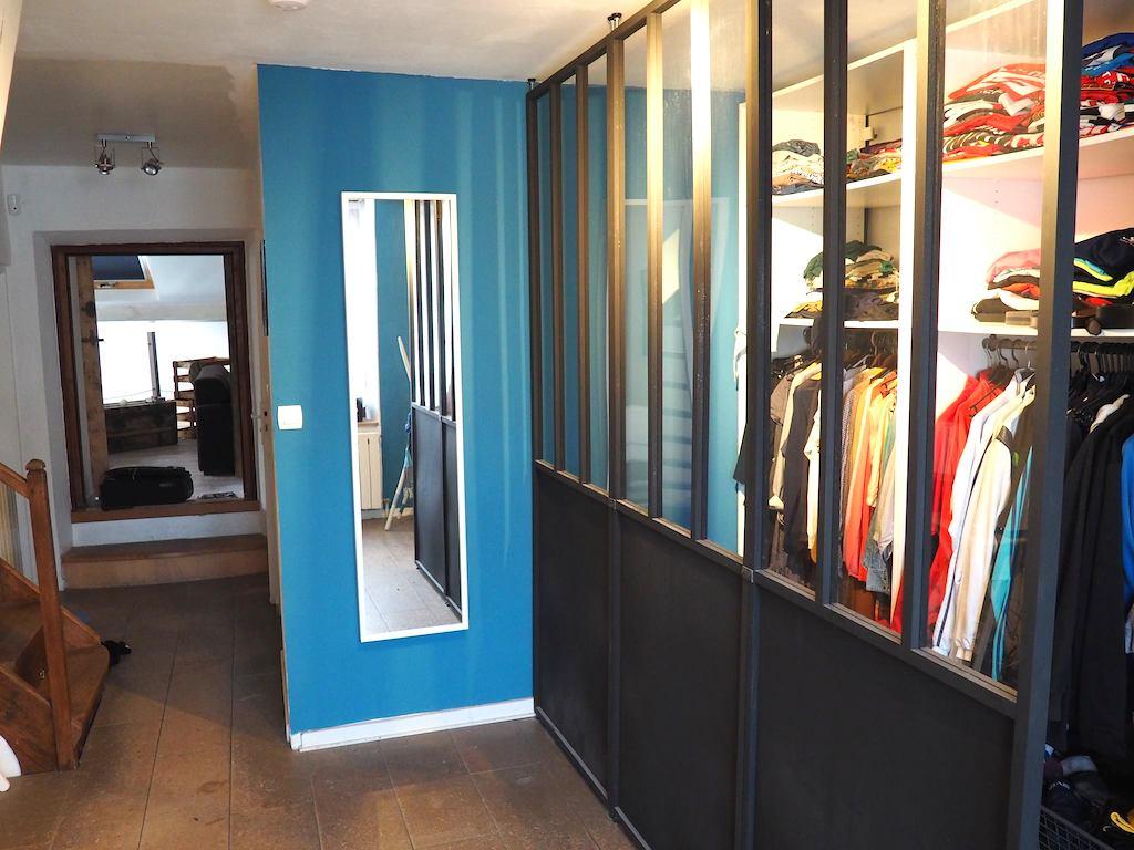 Dressing ouvert avec cloisons amovible Castorama style verrière d'atelier et mur bleu pétrole