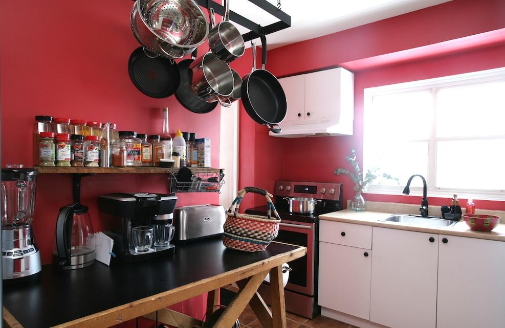 cuisine relookée en rouge avec une crémaillère à chaudrons