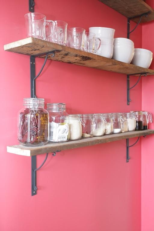 étagères bois de grange avec pots à épices